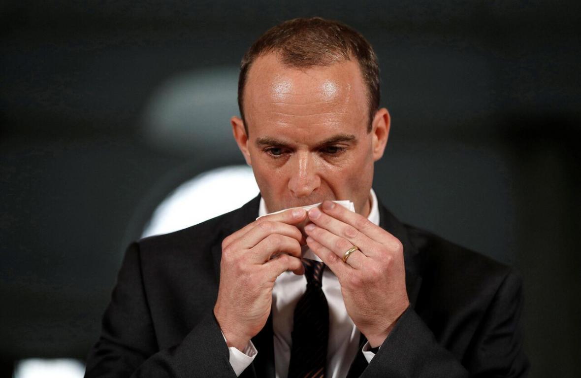 خبرنگاران وزیر امورخارجه انگلیس از احتمال ابتلا به کرونا جان سالم به در برد